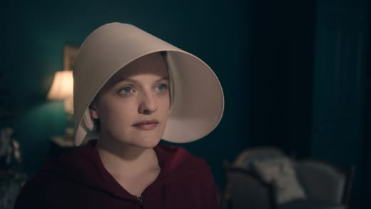 Elizabeth Moss is The Handmaid Offred - The Handmaid's Tale