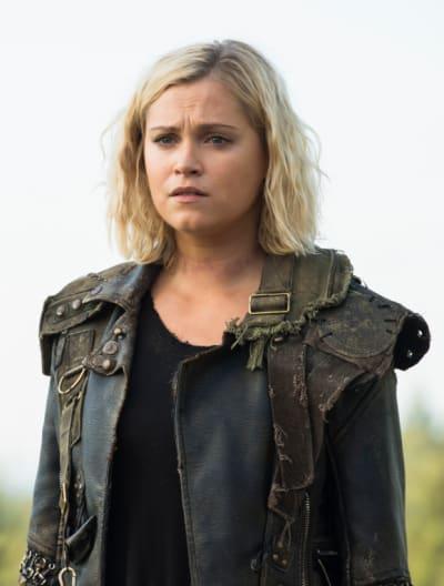Clarke Staring Off - The 100 Season 6 Episode 3