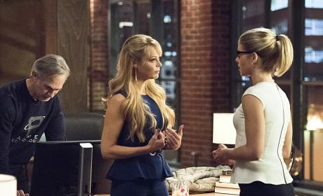 Chit chatting away - Arrow Season 4 Episode 22