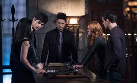 Team Huddle - Shadowhunters Season 3 Episode 7