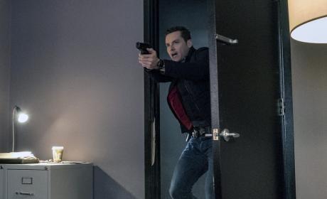 Entering At Gunpoint - Chicago PD Season 4 Episode 10