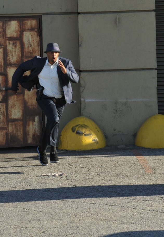Chasing Him Down - Lethal Weapon Season 1 Episode 1