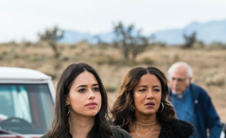 Searching for Clues - Roswell, New Mexico Season 1 Episode 9
