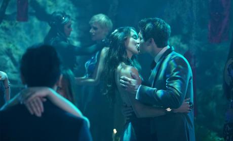 It's Kissing Time - Pretty Little Liars Season 6 Episode 9