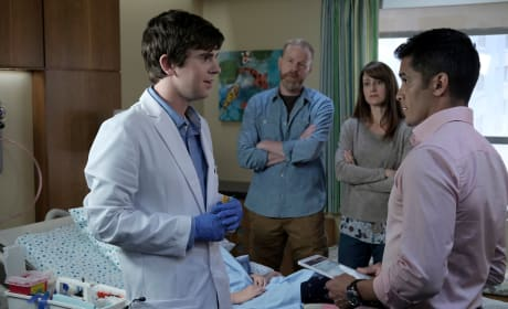 Consulting on a patient - The Good Doctor Season 1 Episode 2