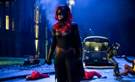 Batwoman Stands Tall - Arrow Season 7 Episode 9