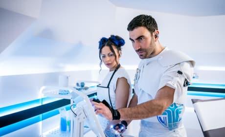 Laboratory Team-Up - Doctor Who Season 11 Episode 5