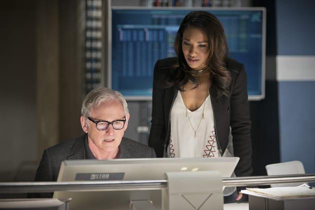 Iris Watches On - The Flash Season 1 Episode 23 - TV Fanatic