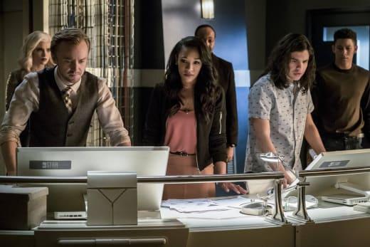 Tense Teamwork - The Flash Season 3 Episode 21