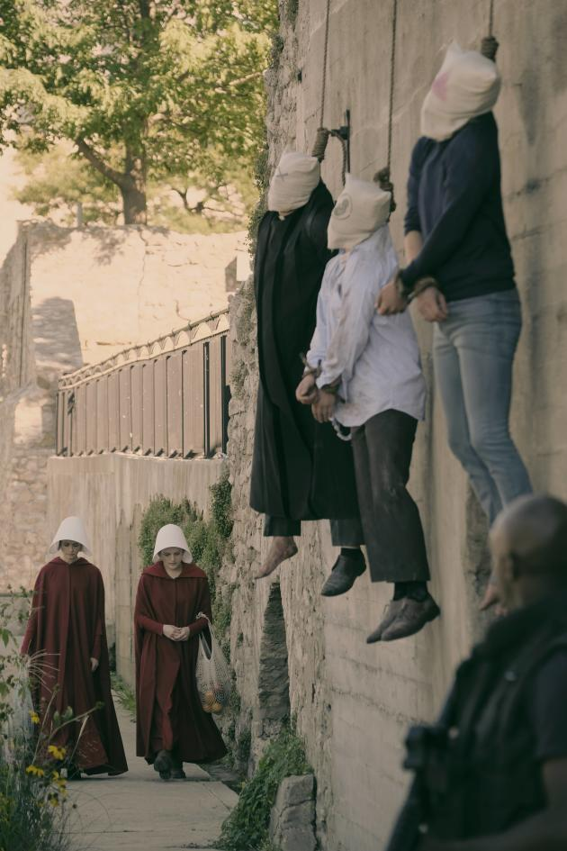 Walking By The Wall The Handmaid S Tale Tv Fanatic