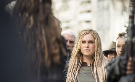 Clarke Watches The Fight - The 100 Season 3 Episode 4