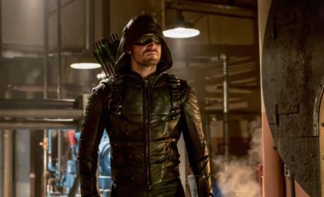 Look Who Is Back In Green - Arrow Season 6 Episode 7