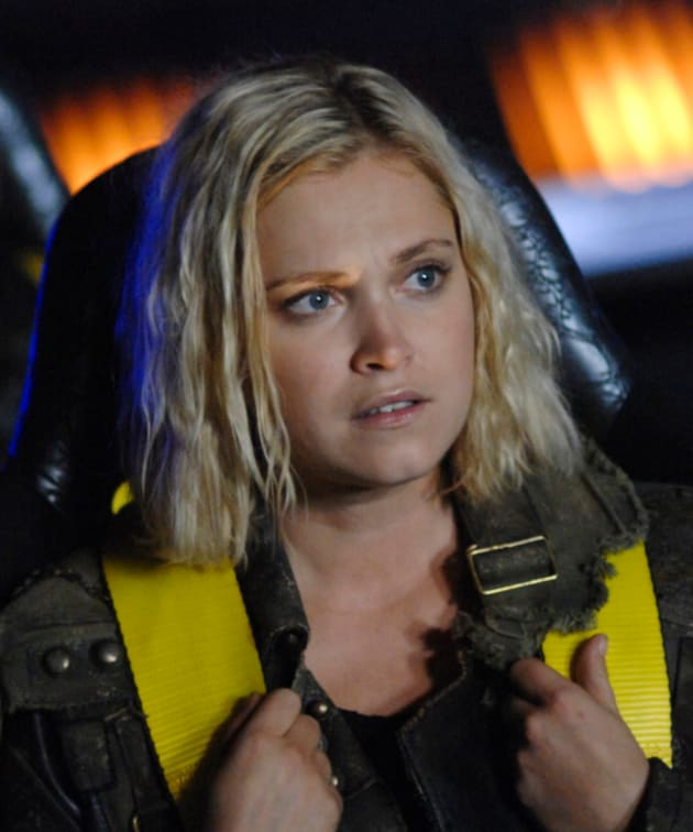 Clarke Coming Down - The 100 Season 6 Episode 1