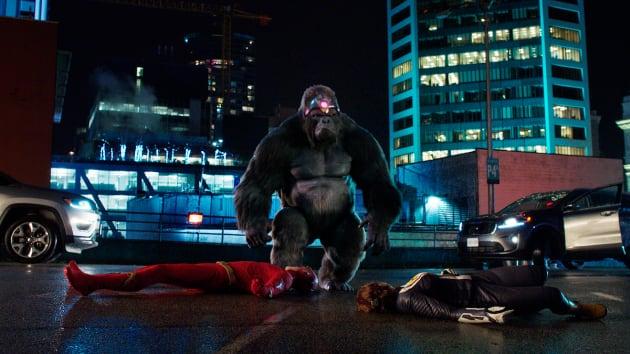 Gorilla Grodd Takes Down Flash - The Flash Season 5 Episode 15