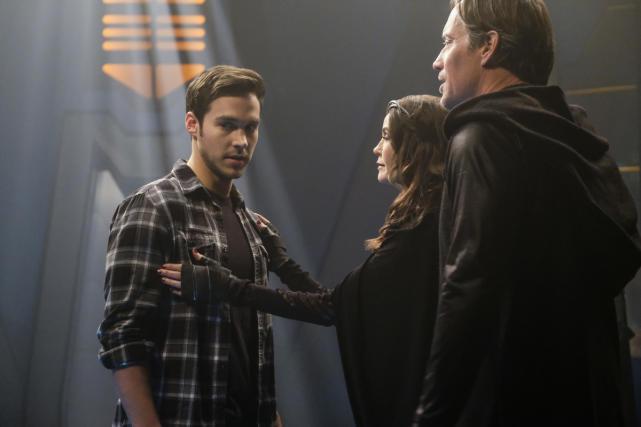 Holding Back - Supergirl Season 2 Episode 16