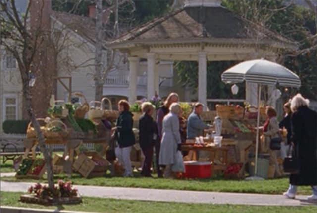 Watch Gilmore Girls Season 2 Episode 17 Online - TV Fanatic
