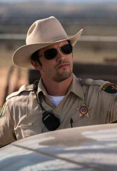 Max with Shades - Roswell, New Mexico Season 1 Episode 4
