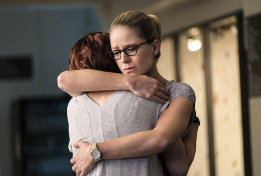 Sisterly Hug - Supergirl Season 3 Episode 4